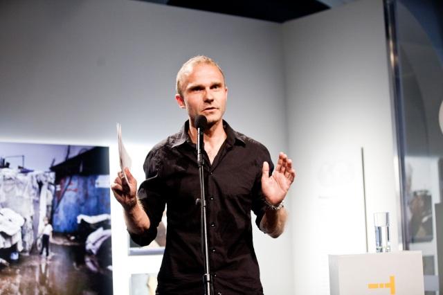 Espen Rasmussen under åpningen av utstillingen TRANSIT. Foto: Sara Johannessen / Nobels Fredssenter