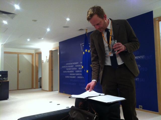 Simen Ekern venter på å komme inn på kontoret til presidenten i Europaparlamentet Martin Schulz.