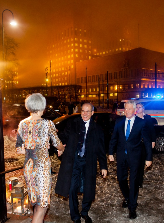 OPCWs generaldirektør og Nobelkomiteens leder ankommer Fredssenteret. Foto: Sara Johannessen / Nobels Fredssenter