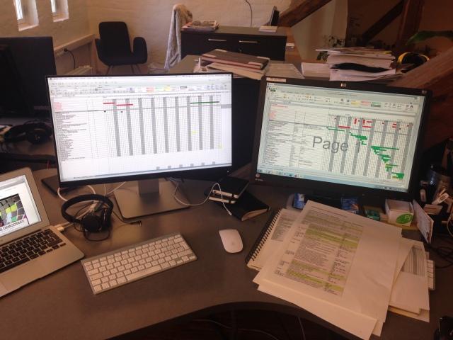 To skjermer med kjøreplan og tidsfrister for fredsprisutstillingen