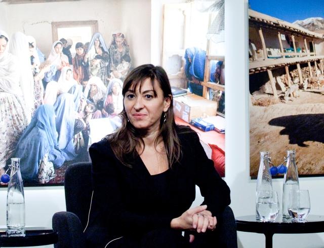 """I 2012 viste vi Lynsey Addarios billedserie 'Veiled Rebellion' i utstillingen """"I Afghanistan"""". Her er hun på scenen under utstillingsåpningen. Foto: Sara Johannessen / Nobels Fredssenter"""